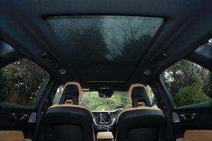 オプションで車内上部にチルトアップ機構付電動パノラマ・ガラス・サンルーフを装備することができる。
