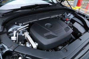 水冷直列4気筒DOHC16バルブの2リッターターボのエンジン。最大出力は254馬力を発揮する。