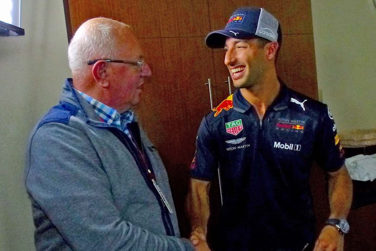 F1 | 【あなたは何しに?】リカルドの2019年の契約について質問を浴びせる売れっ子ジャーナリスト