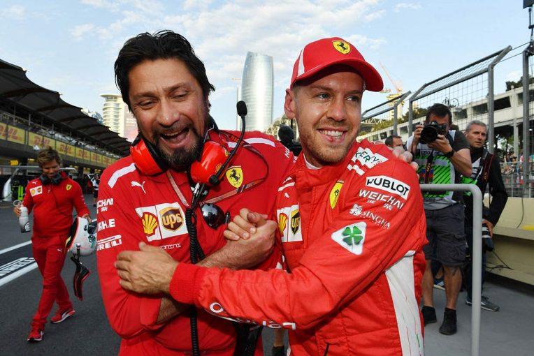 F1 | 【あなたは何しに?】予選ポールのベッテルに真っ先に駆け寄ったフェラーリの広報部長