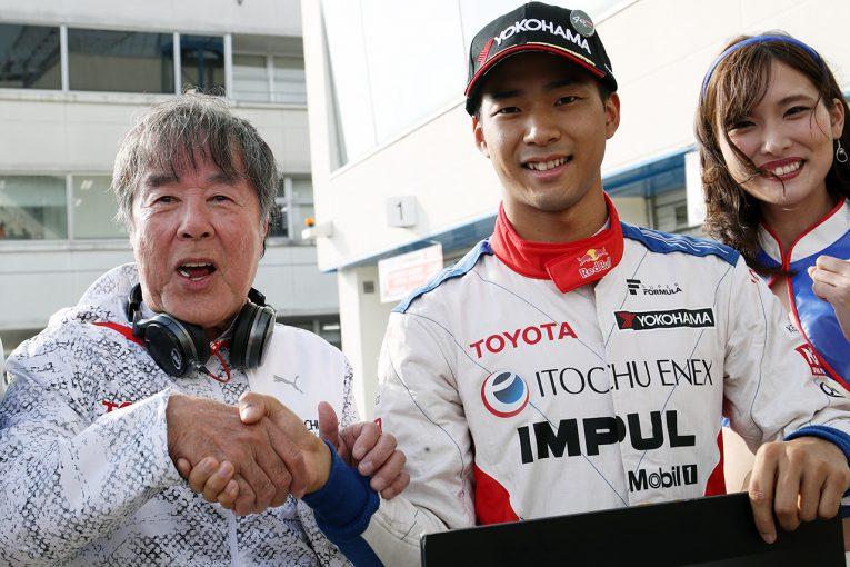 スーパーフォーミュラ第2戦オートポリスで予選PPを獲得した平川亮(ITOCHU ENEX TEAM IMPUL)。星野一義監督も祝福。
