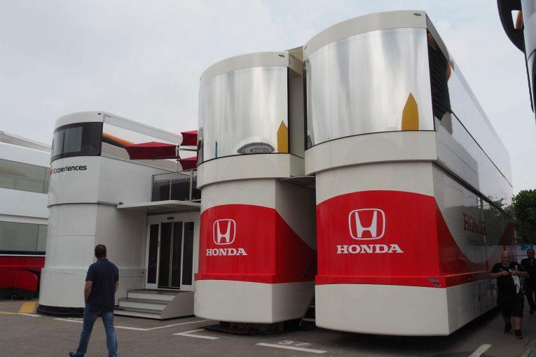 F1   【ブログ】ホンダ新モーターホーム、中は広々空間で食事も豪華/F1スペインGP現地情報