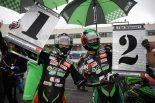優勝したカワサキ・チームグリーンの渡辺一馬(左)とチームメイトで2位の松﨑(右)