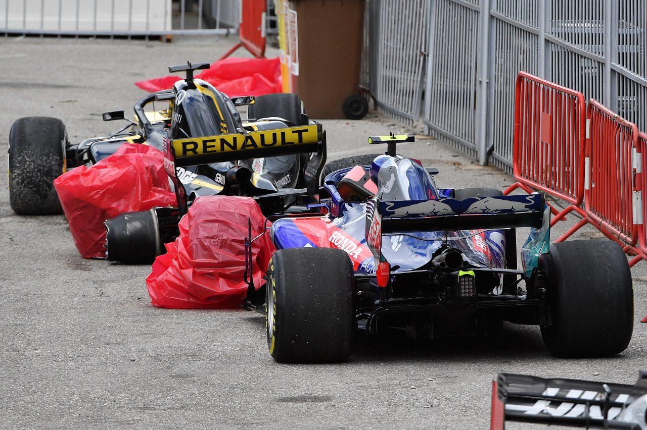 2018年F1第5戦スペインGP クラッシュで破損したピエール・ガスリーのトロロッソ・ホンダとニコ・ヒュルケンベルグのルノー