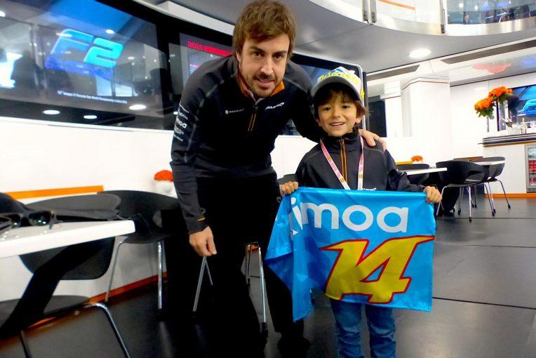 F1 | F1 Topic:2018年はアロンソがサプライズプレゼント。ファンの少年をモーターホームに招待