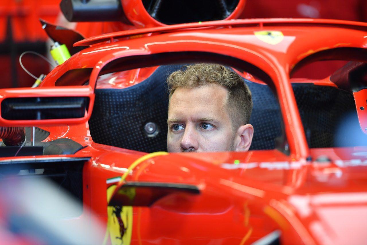 2018年F1第6戦モナコGP水曜 フェラーリの新型ハロミラーをチェックするセバスチャン・ベッテル