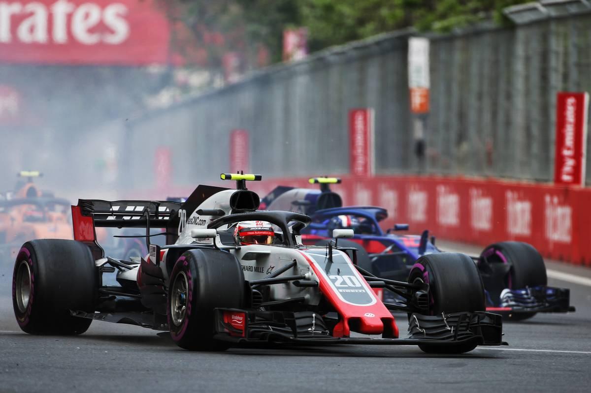2018年F1アゼルバイジャンGPでハース ケビン・マグヌッセンとトロロッソ・ホンダのピエール・ガスリーが接触
