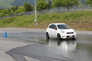 濡れた路面での急制動体験の様子