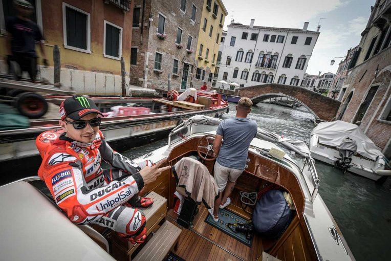 MotoGP   ロレンソ、ドゥカティのMotoGPマシン デスモセディチGPとともに水の都ヴェネチアを探訪