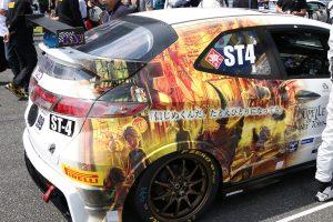 999号車えんとつ町のプペル GLORY FN2のリヤにイラストが描かれている
