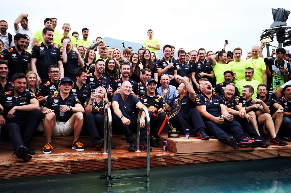 2018年F1モナコGPでダニエル・リカルドが勝利、レッドブル・エナジーステーションでマックス・フェルスタッペンやクルーに祝福される