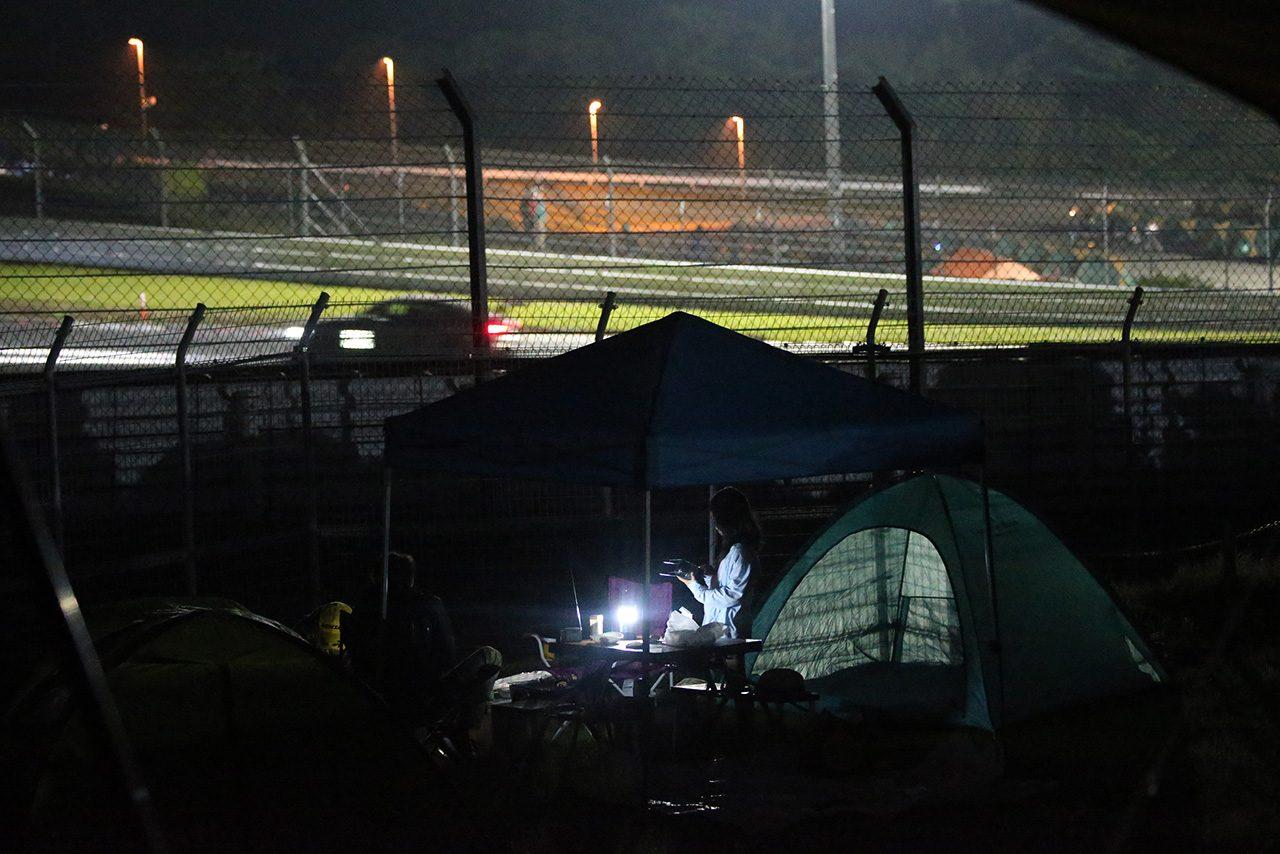 コースの真横にテントを張っている人たちも