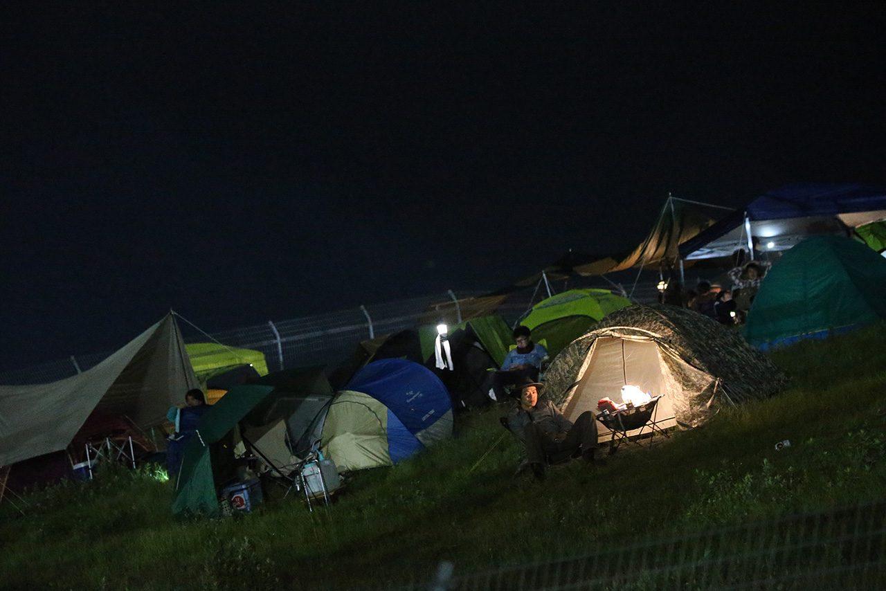 テントを張ってナイトセッションを観戦する来場者も多くいた