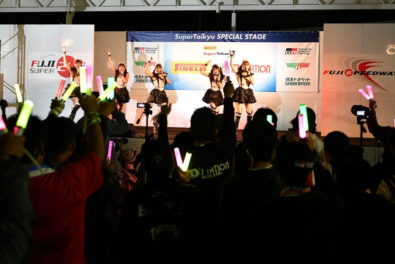 レースクイーンアイドルユニット『D'stationフレッシュエンジェルズ』のライブも盛り上がりを見せていた