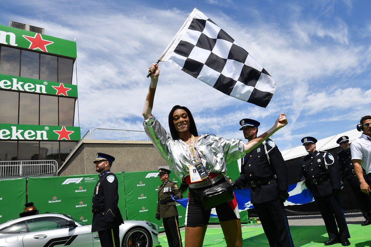 2018年F1第7戦カナダGPでチェッカーフラッグを振る役目を任されたウィニー・ハーロウ