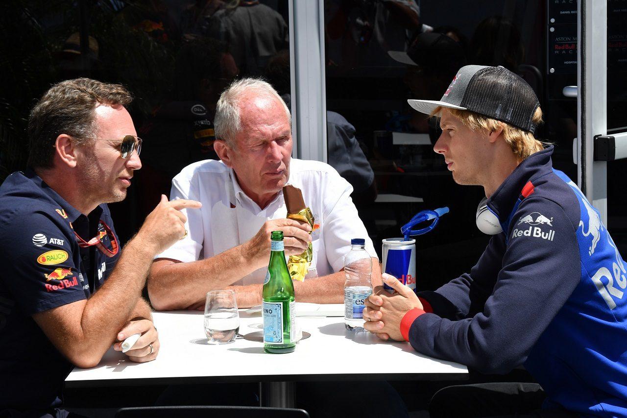 2018年F1第7戦カナダGP レッドブルのヘルムート・マルコ、クリスチャン・ホーナーと話をするブレンドン・ハートレー(トロロッソ・ホンダ)