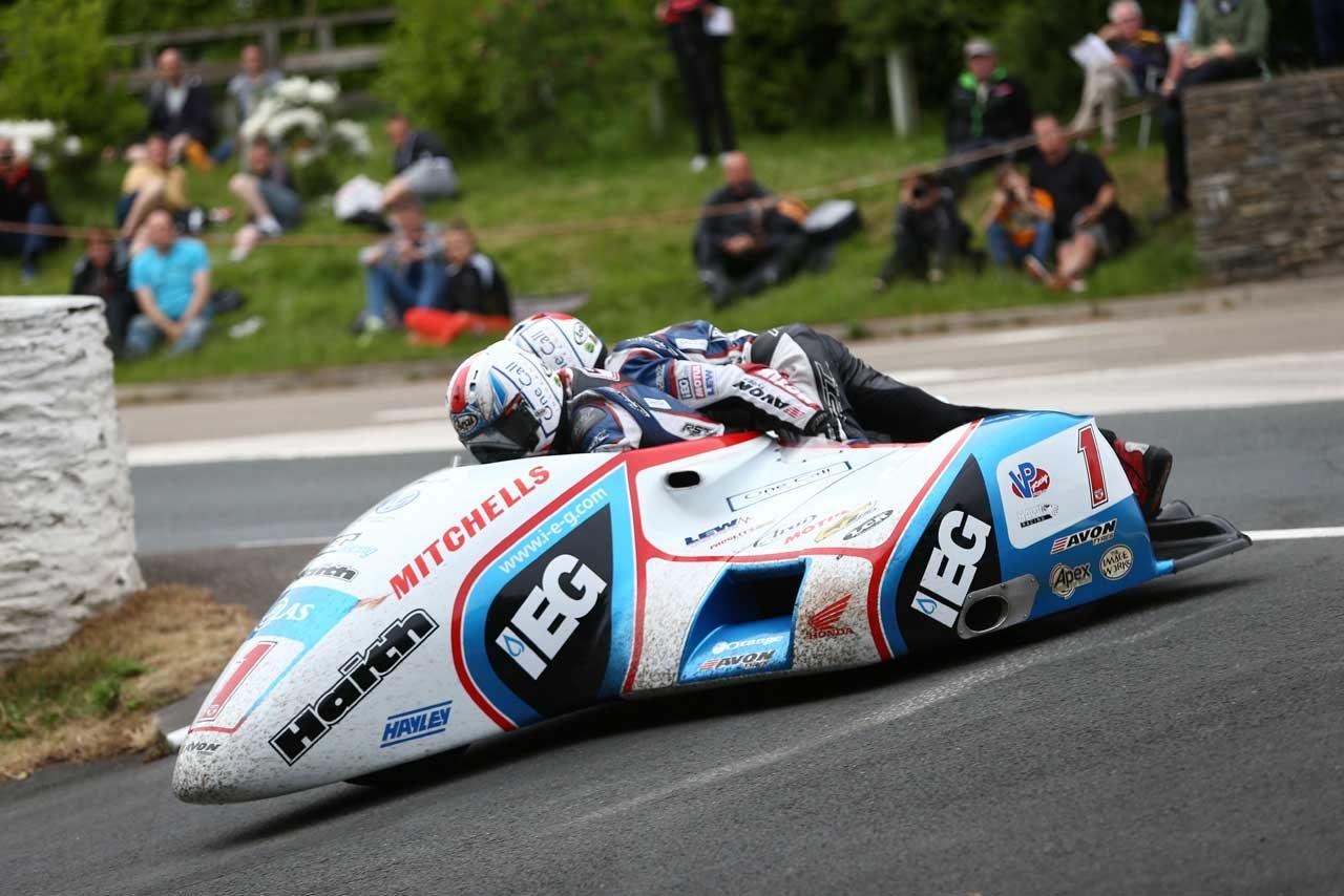 マン島TTでマイケル・ダンロップが3勝。BMWが3クラス制覇しレコードは全クラス更新