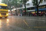 公式車検二日目は激しい雨に見舞われた