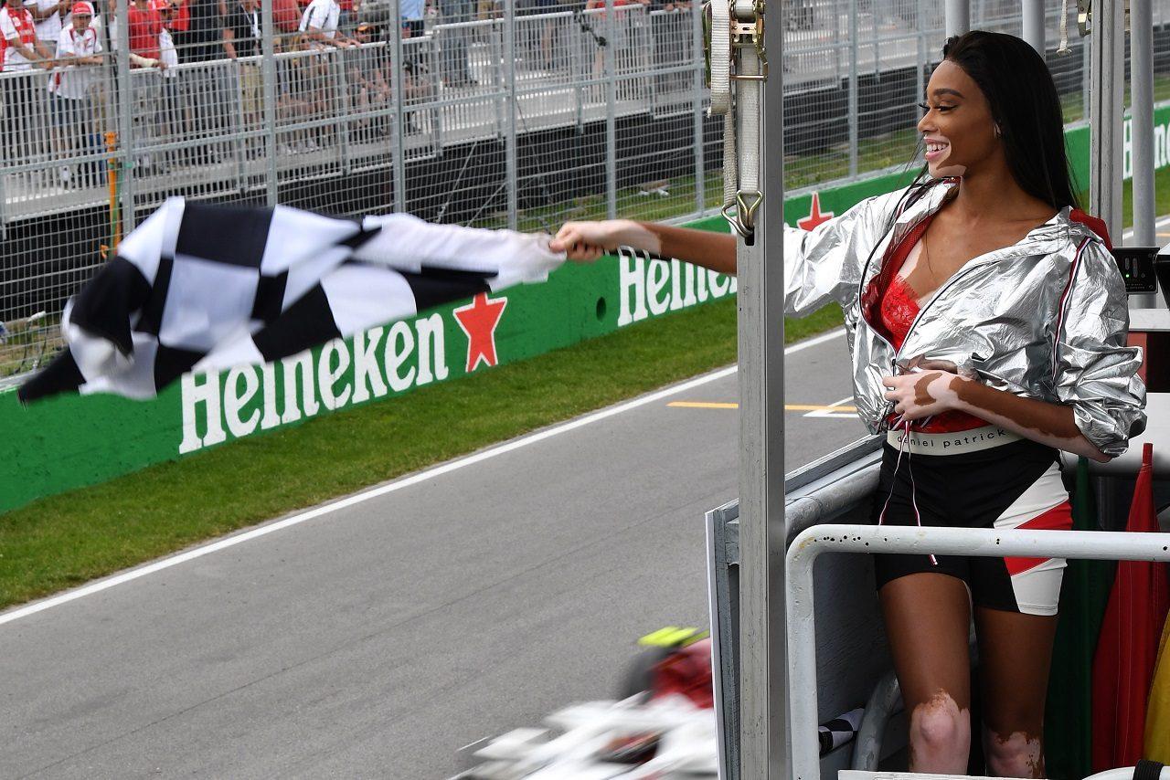 2018年F1第7戦カナダGPでチェッカーフラッグを振るウィニー・ハーロウ