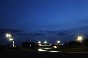 予選1回目は日没後の22時から開始された