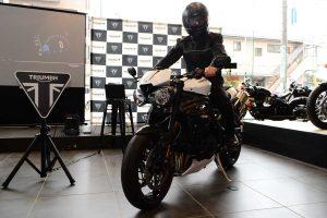 ライディングギヤとフルフェイスヘルメットという出で立ちで新型スピードトリプルRSアンベイルを行った野田氏