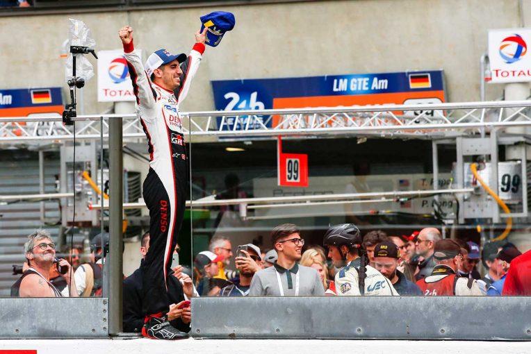 ピットウォールの上でル・マン初制覇を喜ぶセバスチャン・ブエミ
