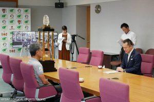 藤井総監督により、特大トロフィーとともにル・マン24時間耐久の優勝報告が行われた