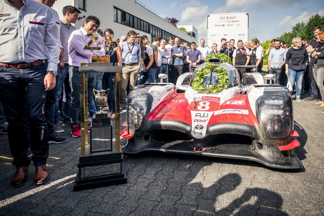 ル・マン24時間:トヨタTS050ハイブリッドが巨大優勝トロフィーとともにTMGに帰還