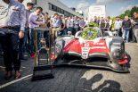ドイツ・ケルンのTMGに到着した8号車トヨタTS050ハイブリッドとル・マン優勝トロフィー