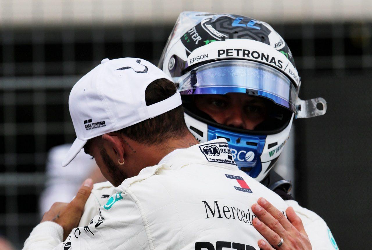2018年F1第8戦フランスGP フロントロウ独占を喜ぶバルテリ・ボッタスとルイス・ハミルトン(メルセデス)