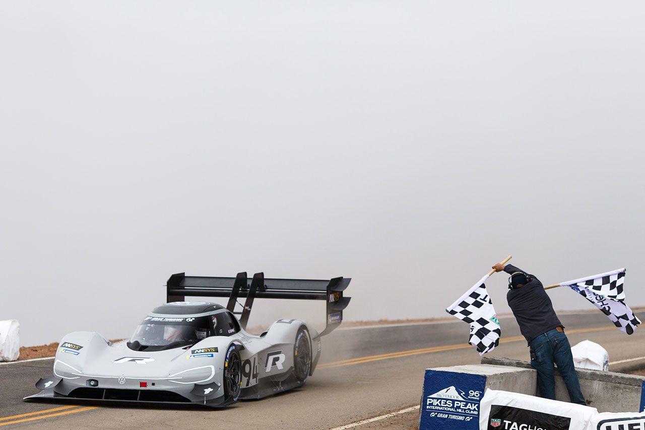 フォルクスワーゲン、新型EVプロトでパイクスピーク新記録樹立。レコードタイムを16秒短縮