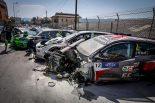 レース1では約27台が巻き込まれる大クラッシュが発生した