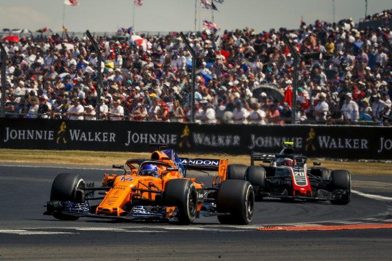 F1   アロンソ8位「マグヌッセンにペナルティが出ないから、自力で抜くしかなかった」:F1イギリスGP日曜