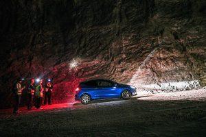 WRCで優勝経験のあるエルフィン・エバンスが新型フォード・フィエスタSTで岩塩坑を激走する動画が公開されている