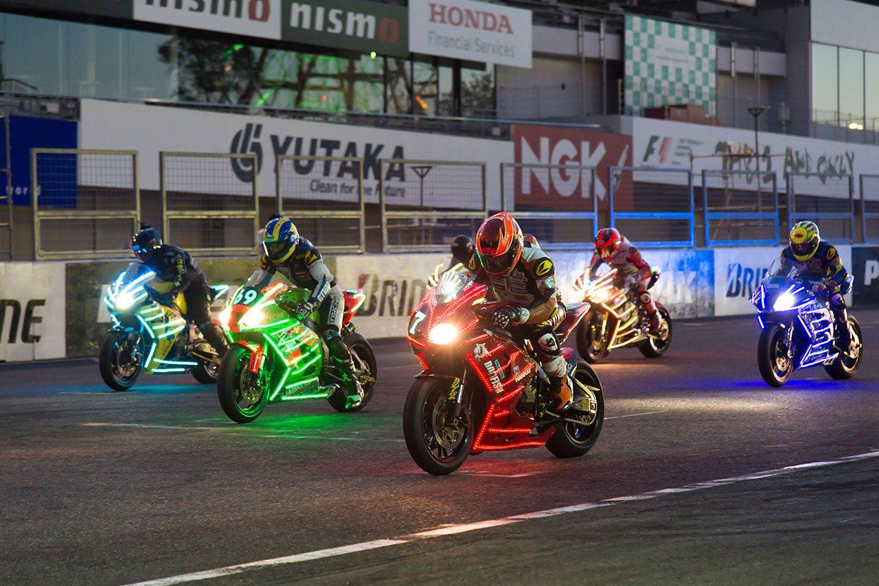 モータースポーツと3500発の花火が競演。鈴鹿サーキット『花火 ザ パフォーマンス』開催