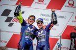 表彰台を獲得したヤマハのバレンティーノ・ロッシとマーベリック・ビニャーレス