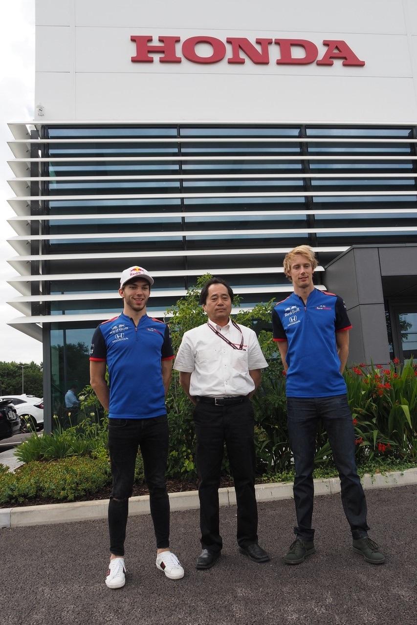 ミルトンキーズンに位置するホンダの本拠を訪れたテクニカルディレクター田辺豊治氏、ピエール・ガスリー、ブレンドン・ハートレー