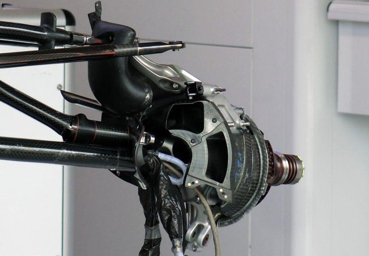 F1 | 【津川哲夫の私的F1メカ】最新トレンドのハードフロントを支える異形のトロロッソ型サスペンション&アップライト