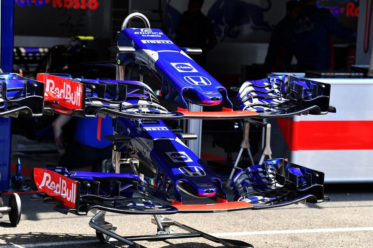 2018年F1第11戦ドイツGP木曜 トロロッソ・ホンダのガレージに置かれたノーズとウイング
