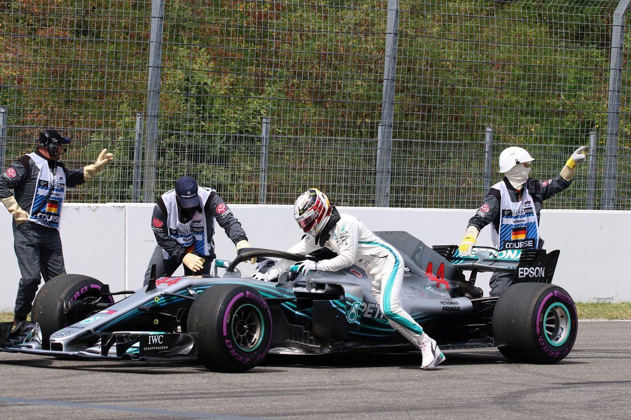 2018年F1第11戦ドイツGP予選 トラブルが発生、マシンをピットまで押し戻そうとするルイス・ハミルトン(メルセデス)