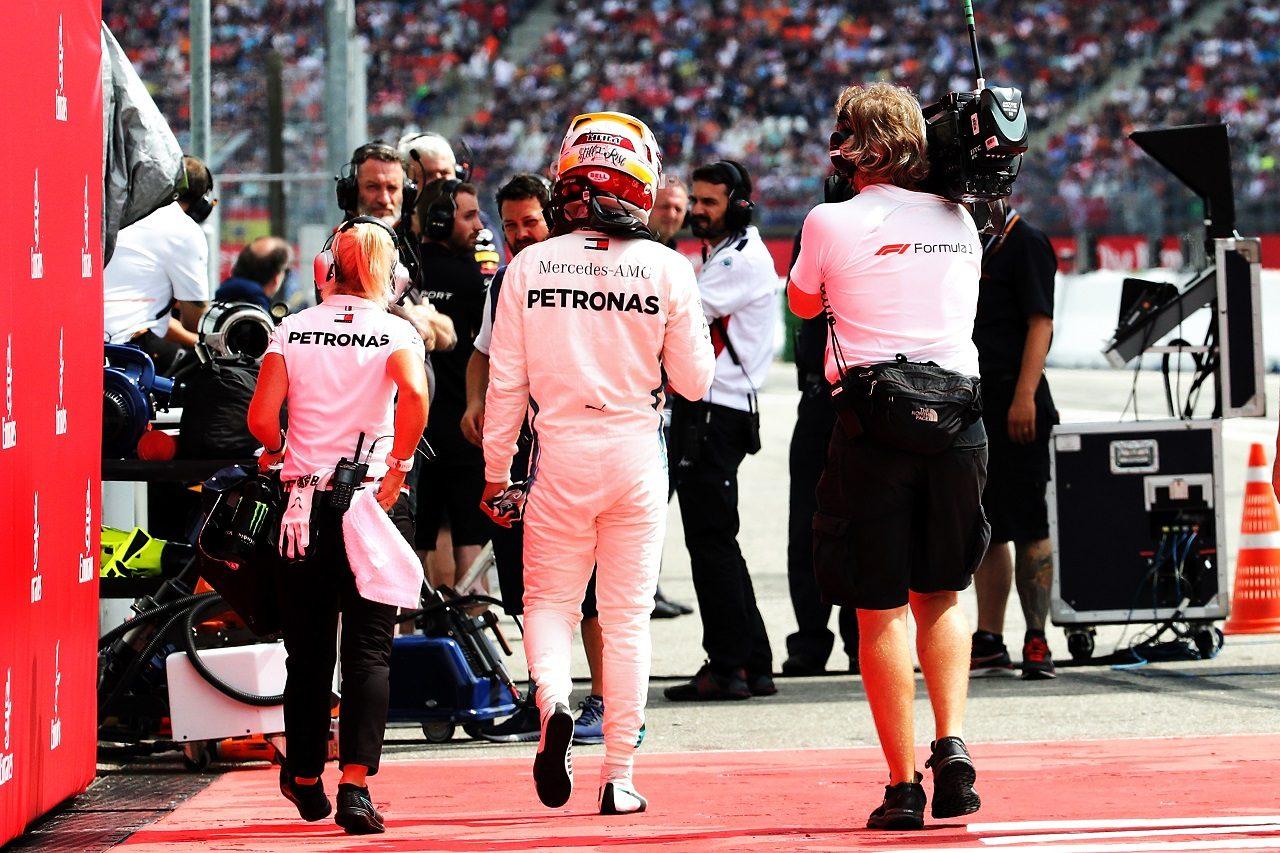 2018年F1第11戦ドイツGP予選 トラブルが発生し、マシンをストップ。ピットに戻るルイス・ハミルトン(メルセデス)