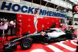 F1 | ハミルトン、規則違反でペナルティも、優勝剥奪は免れる。チーム司令塔の混乱が原因