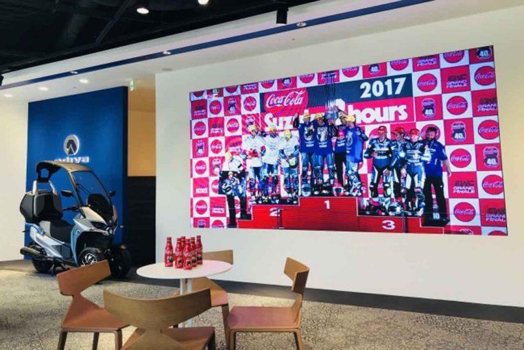 MotoGP | 鈴鹿8耐:アディバ赤坂ショールームでパブリックビューイングが開催。先着で8耐限定コカ・コーラのプレゼントも