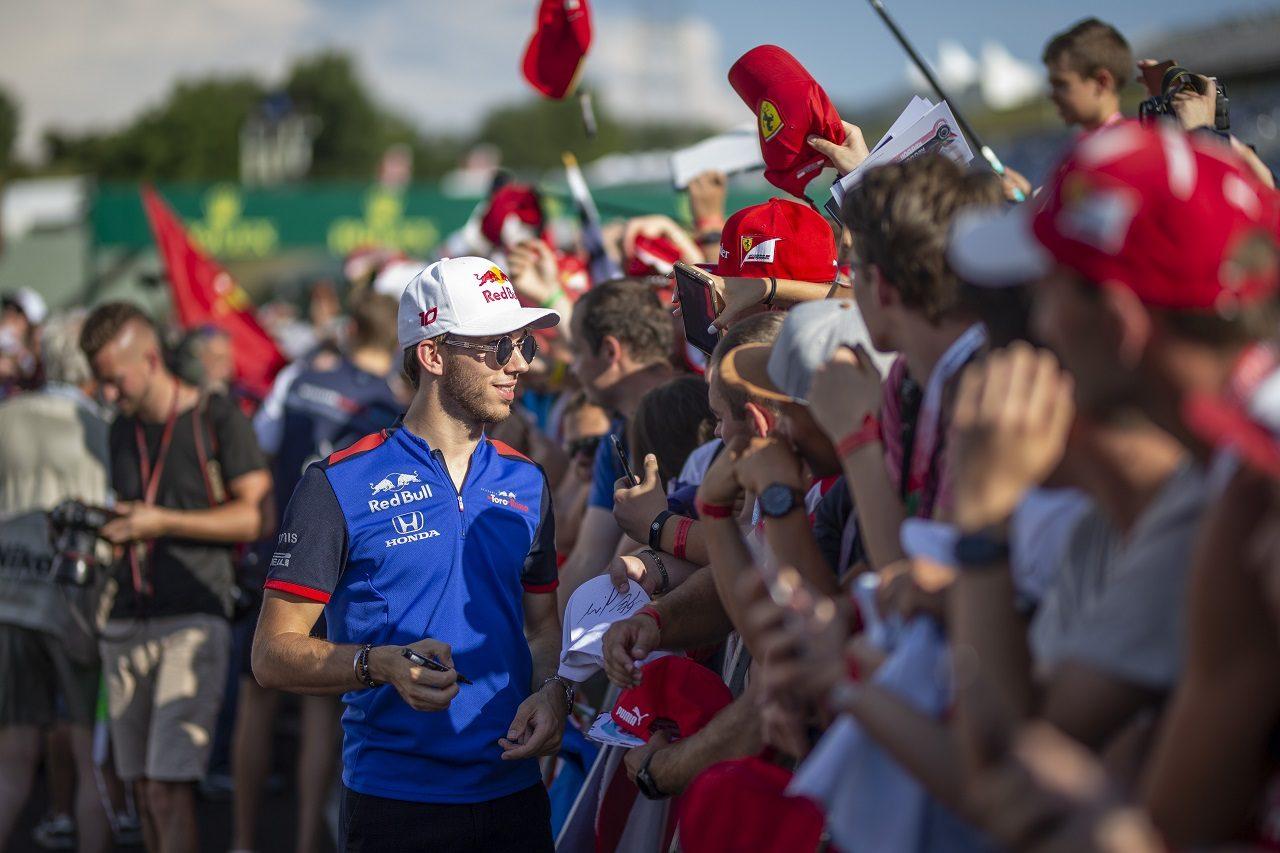 2018年F1第12戦ハンガリーGP木曜 グランプリを前にファンと触れ合う時間を持つピエール・ガスリー(トロロッソ・ホンダ)