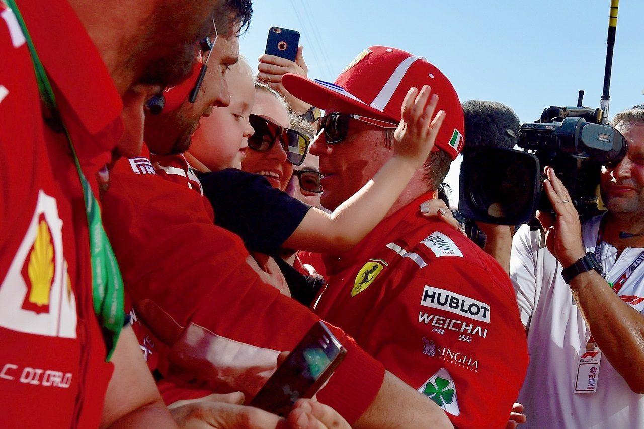 2018年F1第12戦ハンガリーGP キミ・ライコネン(フェラーリ)が3位を獲得、妻ミントゥさん、長男ロビンくんと祝う