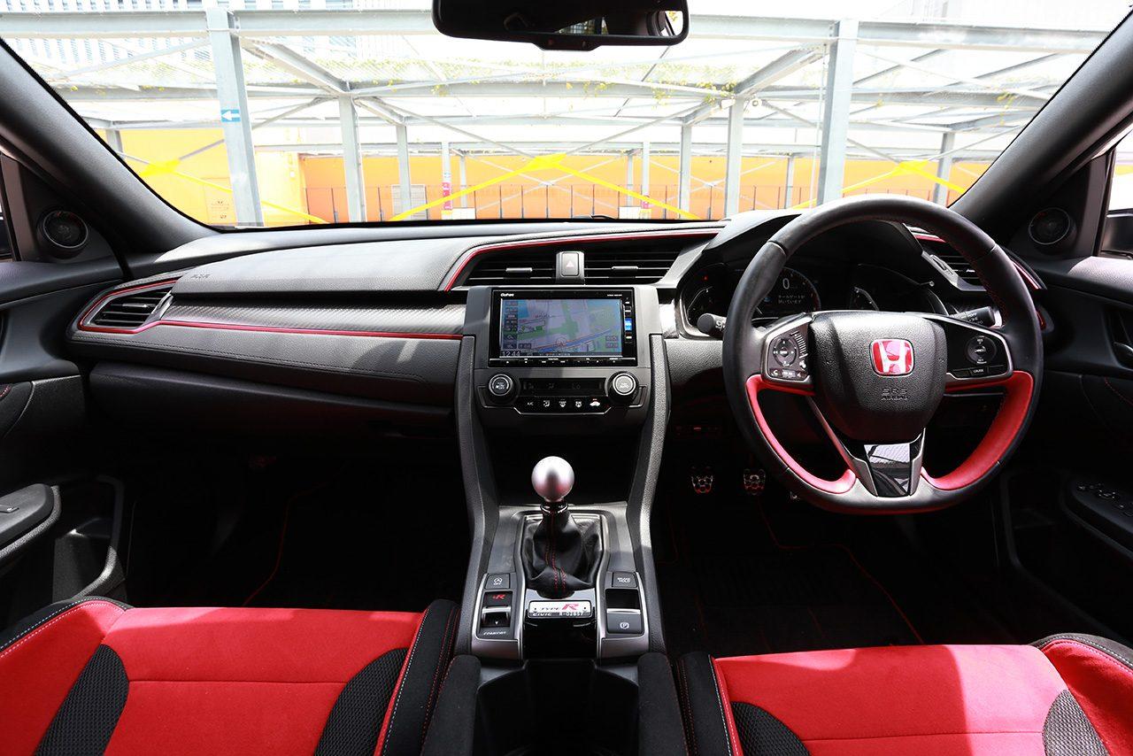 FK8型ホンダ・シビック・タイプRの車内(フロント)
