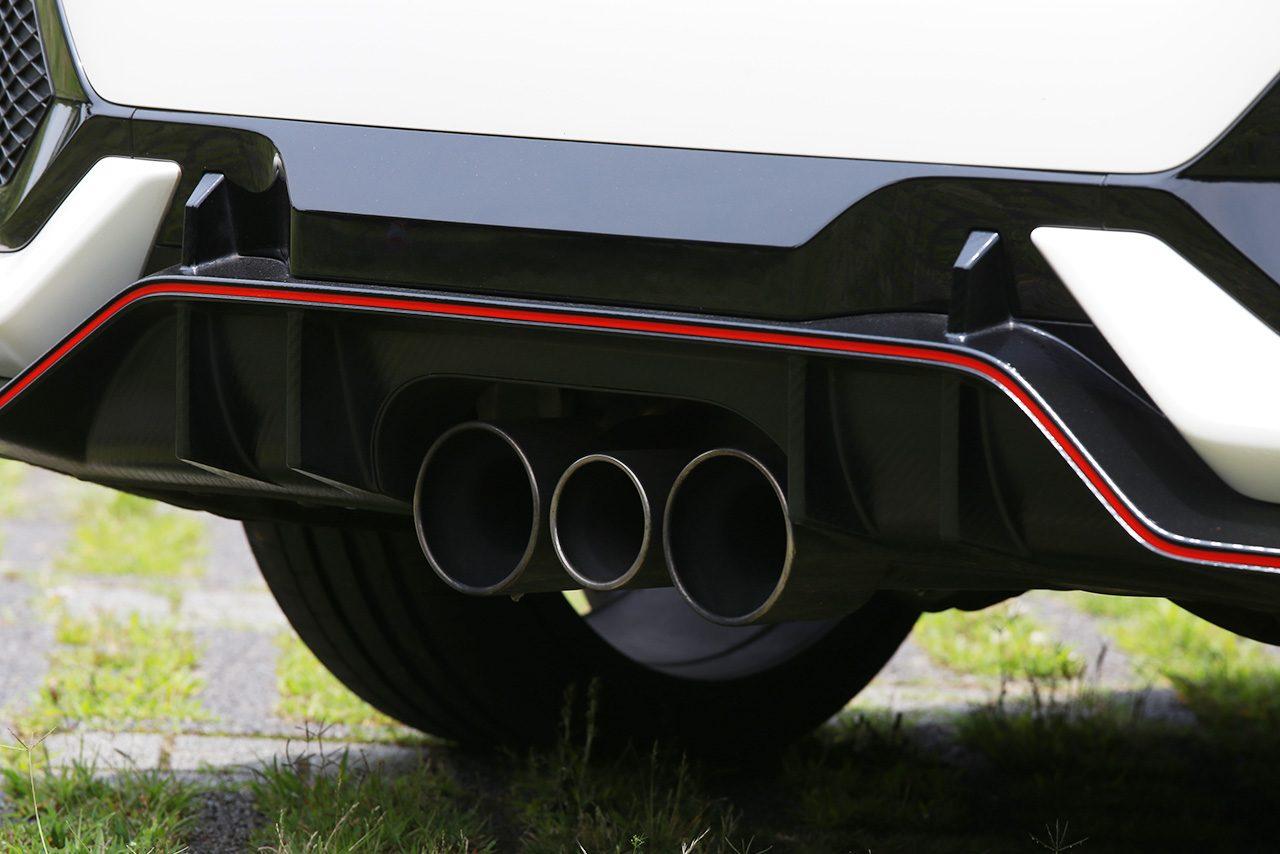 トリプルエキゾーストシステムは気持ちの良いエンジンサウンドを奏でてくれる