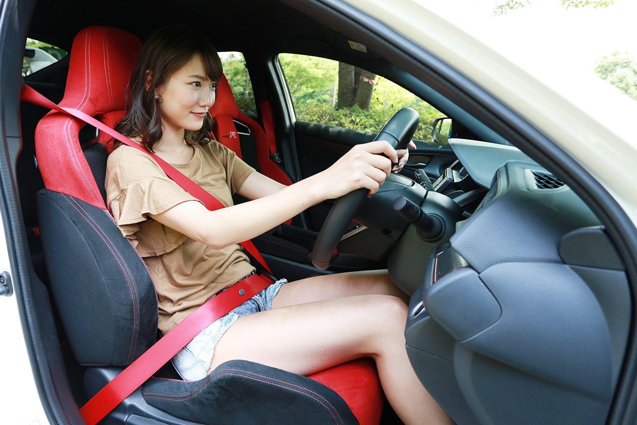 シートに座り込むと視点は低く、ドライビングポジションはスポーツカー然としていることに気づかされる