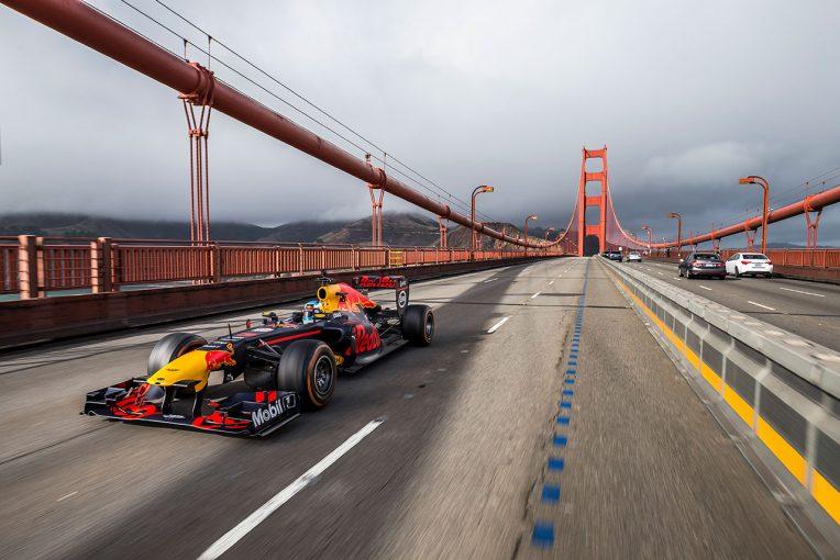サンフランシスコの象徴的スポット、ゴールデンゲートブリッジをF1マシンが走る
