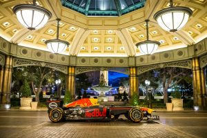 ラスベガスのホテル前に停車するレッドブルF1のマシン